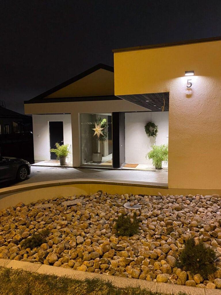 Raisiossa kivitalo jossa on moderni minimalistinen sisustus ja Mivox kivitaloje ntyyli.