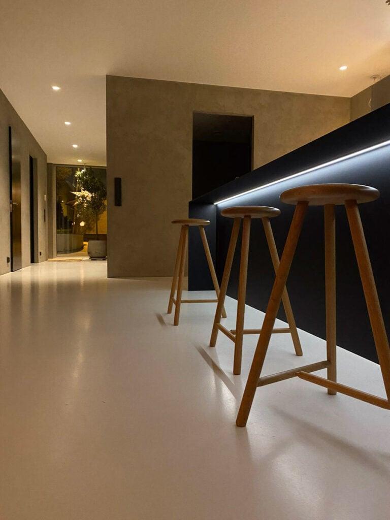 Tyylikkäät minimalistiset sisustusratkaisut ovat osa Mivox kivitalojen tyyliä.